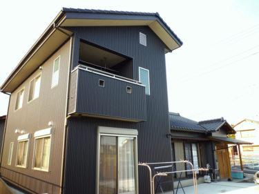 自然素材住宅008:ガルバリウム鋼板でシックな外観の増改築