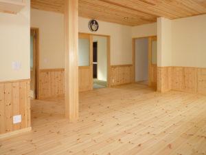 天然目と呼吸する塗り壁の室内