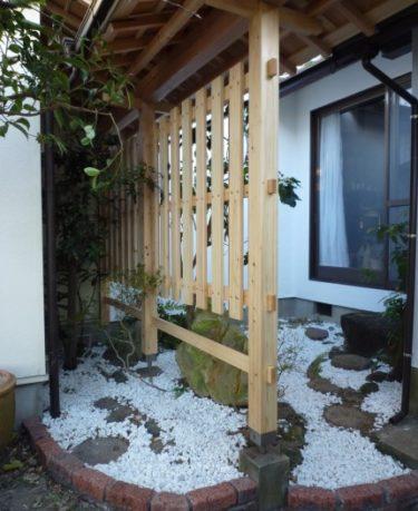 焼津市N様邸。坪庭工事、大和張りの塀が完成しました。