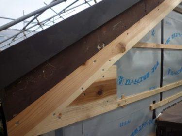 腐食した鼻隠し、破風板の取替工事完了しました、軒天井張りへ・・・