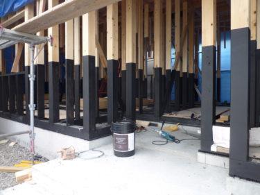 乾燥材檜の柱にも木炭塗料塗るの‼