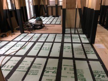 今日から室内工事・床断熱材根太の間に敷き詰め‼