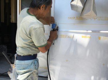 雨の前にどーしても終わらせたかった、土台水切りと遮熱シート完了です。‼