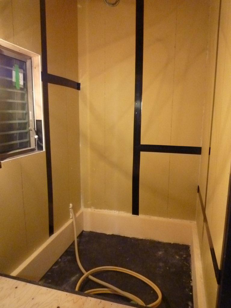 ユニットバス接地設置前の浴室壁