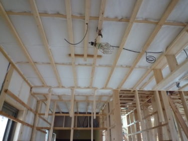 天井に断熱材隙間なくホッチキスで止めていきます‼
