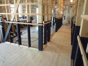 見学会後、玄関ホール・廊下・洋間の床張り完了しました。!
