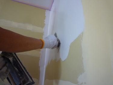 天然素材エバーウォールの塗り壁塗り始めています.