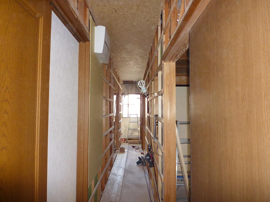 天井板張り、壁ブラスターボード張り
